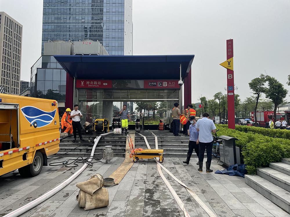 2021年7月30日,广州市21号线神舟地铁站发生水浸,消防大队抗洪抢险专业队到现场处置。人民视觉 图