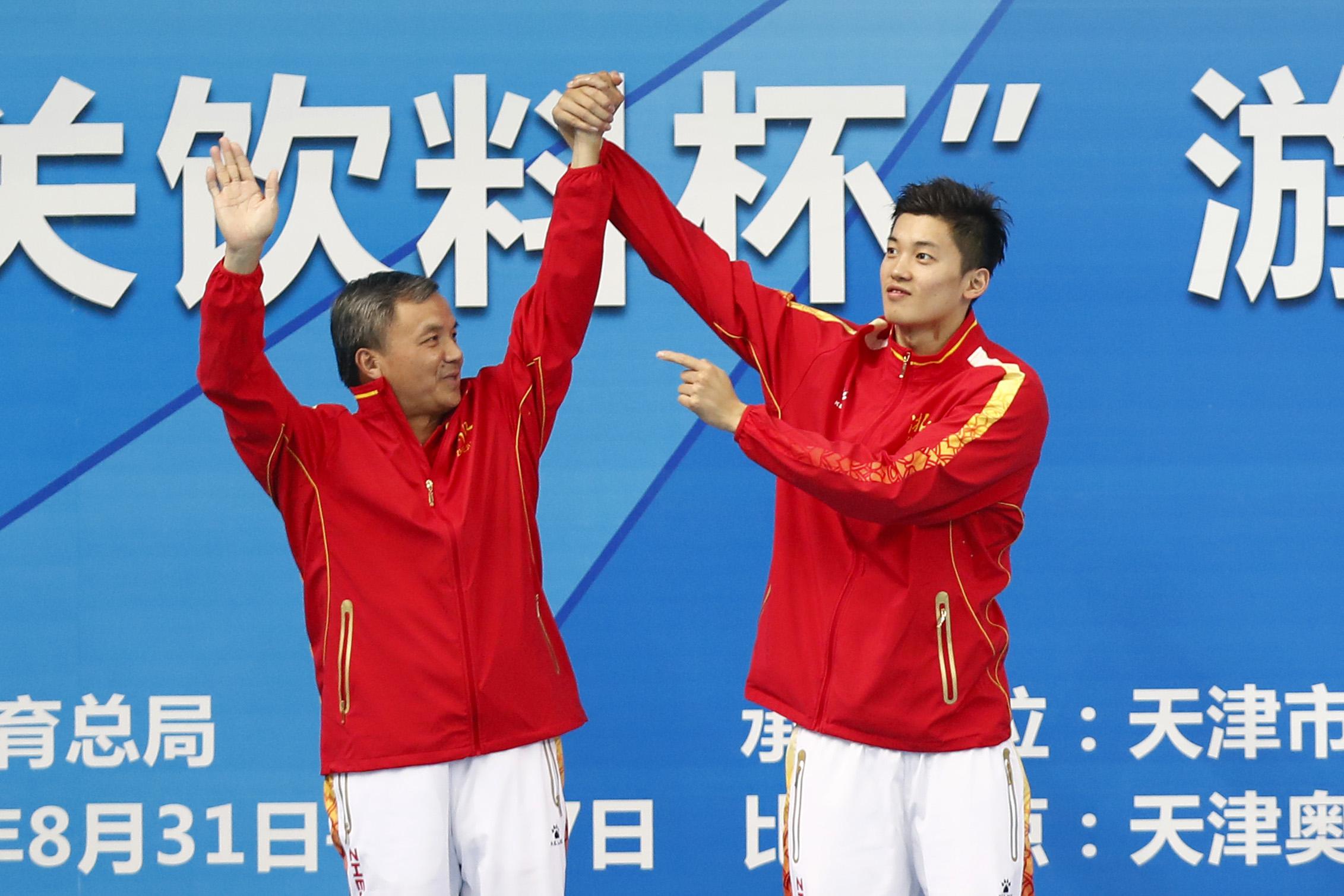 2017年全运会,汪顺将恩师朱志根拉上领奖台。