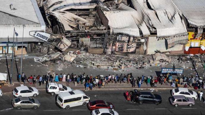 """南非骚乱:种族暴力、食物洗劫与被裹挟的""""穷人"""""""