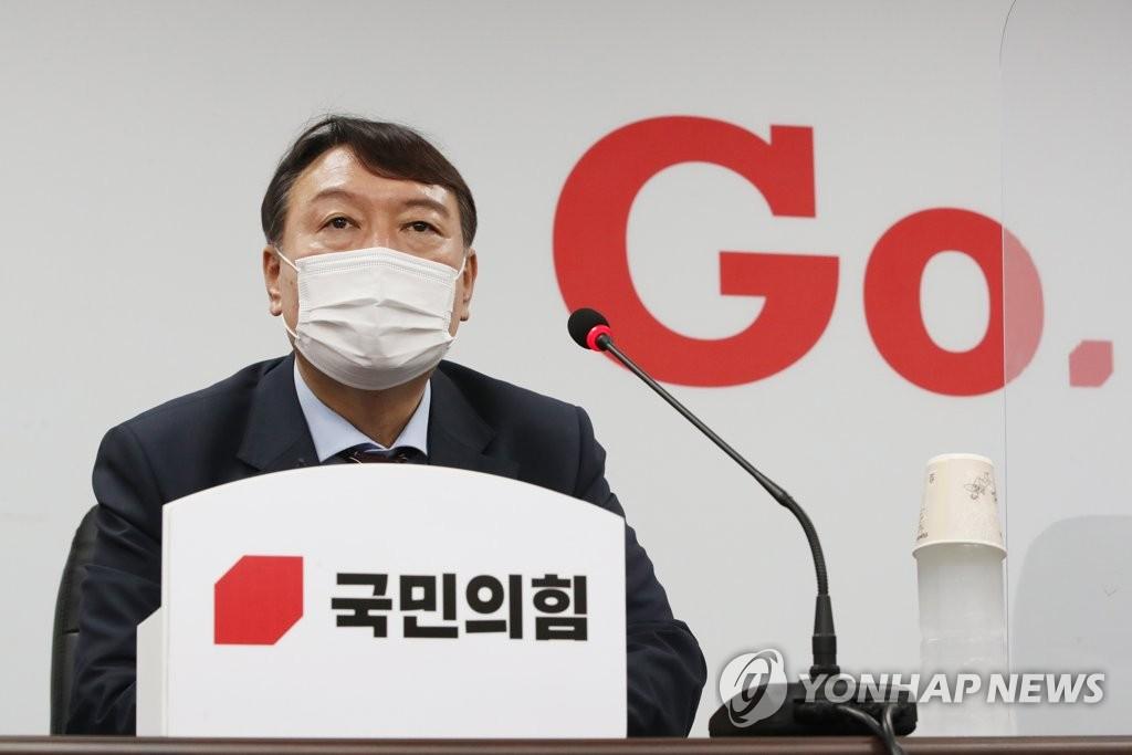7月30日下午,首尔,尹锡悦提交入党申请书后答记者问。 韩联社 图