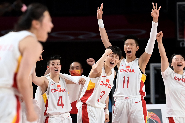 中国女篮庆祝胜利。