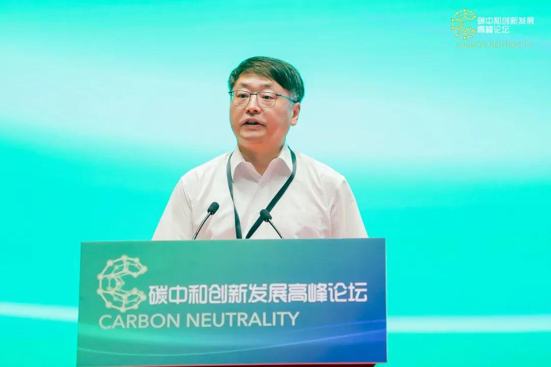 华建集团党委书记、董事长顾伟华在会上介绍低碳创新研究中心。