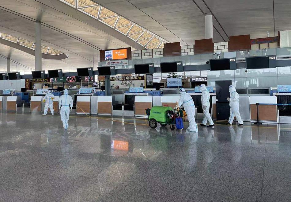 7月21日,工作人员在南京禄口机场T2航站楼内进行消杀。 当日,江苏省南京市人民政府召开新闻发布会说,经重新采样检测,截至目前已在南京禄口国际机场相关工作人员中检测发现17例新冠阳性。 新华社 发
