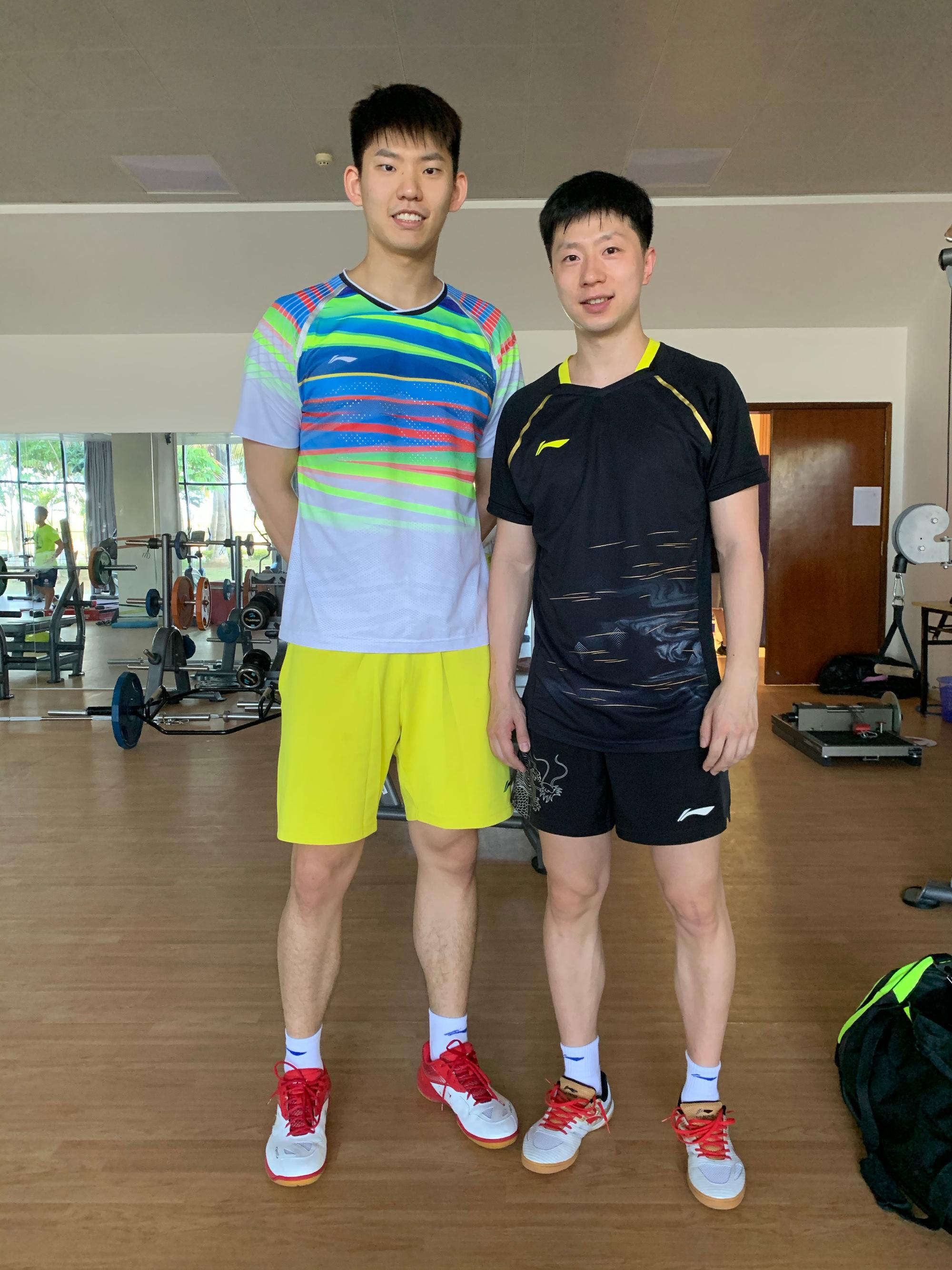 刘雨辰和马龙合影。