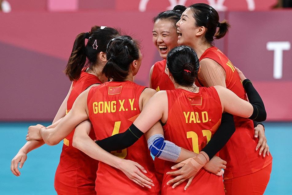 当地时间2021年7月31日,日本,2020东京奥运会女排小组赛B组比赛现场,中国女排对战意大利。女排姑娘们相拥庆祝得分。