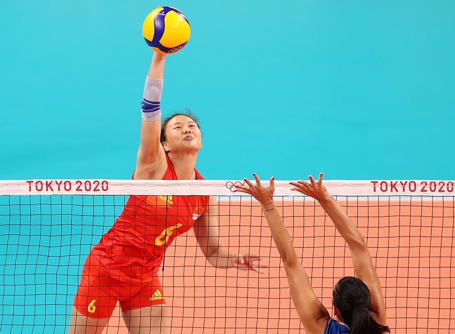 当地时间2021年7月31日,日本,2020东京奥运会女排小组赛B组比赛现场,中国女排对战意大利。龚翔宇扣球中。