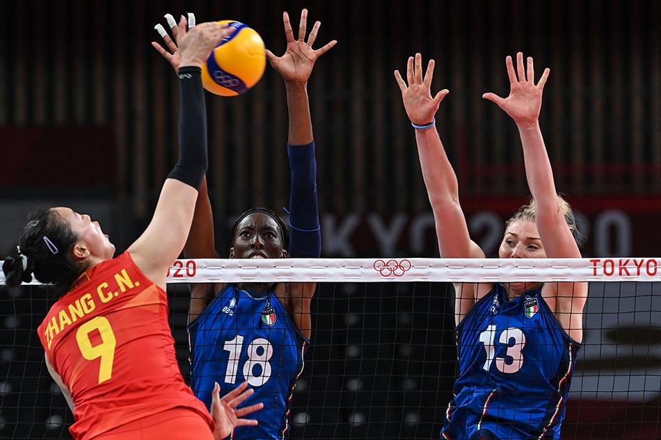当地时间2021年7月31日,日本,2020东京奥运会女排小组赛B组比赛现场,中国女排对战意大利。张常宁扣球中,意大利队员拦网。