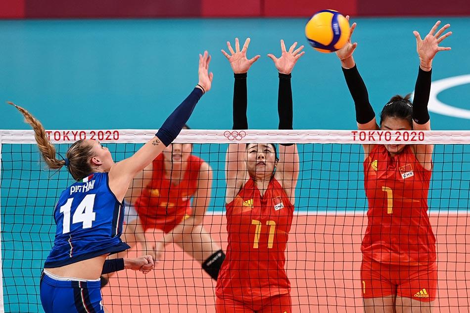 当地时间2021年7月31日,日本,2020东京奥运会女排小组赛B组比赛现场,中国女排对战意大利。中国女排奋力拦网