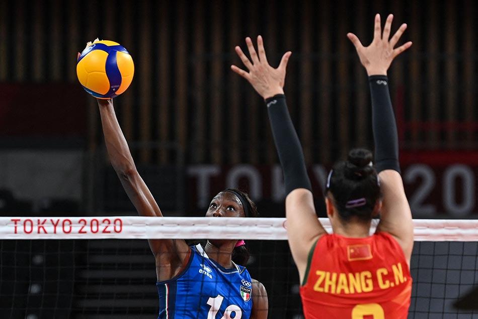 当地时间2021年7月31日,日本,2020东京奥运会女排小组赛B组比赛现场,中国女排对战意大利。张常宁拦网中