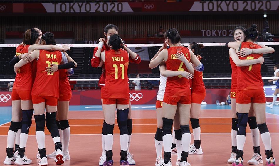 当地时间2021年7月31日,日本,2020东京奥运会女排小组赛B组比赛现场,中国女排对战意大利。比赛获胜后,女排姑娘们相互拥抱,喜极而泣。