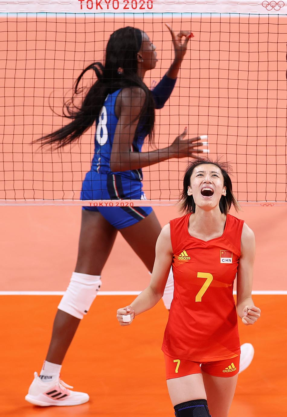 当地时间2021年7月31日,日本,2020东京奥运会女排小组赛B组比赛现场,中国女排对战意大利。王媛媛呐喊庆祝得分。