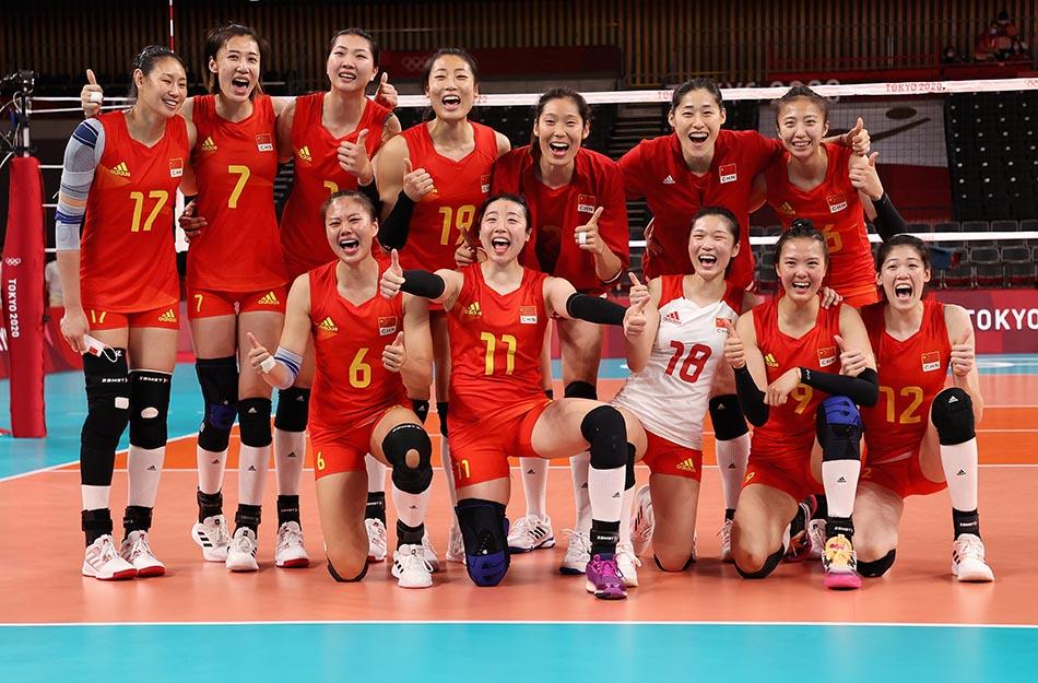 当地时间2021年7月31日,日本,2020东京奥运会女排小组赛B组比赛现场,中国女排对战意大利。赛后,女排姑娘们高举大拇指,为胜利欢呼。