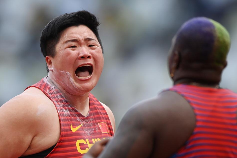 巩立姣怒吼庆祝胜利。在女子铅球决赛中,巩立姣分别投出了19.95米、19.98米、20.53米、20.58米的个人最好成绩,毫无悬念地赢下了她的第一枚奥运金牌。