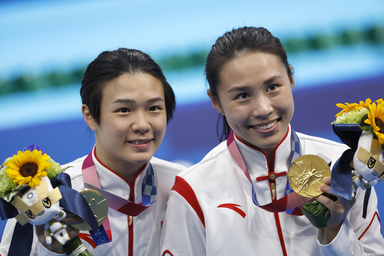 施廷懋(左)和王涵在此前双人赛夺金。