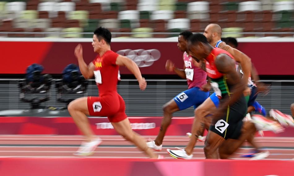 百米半决赛中,苏炳添领先
