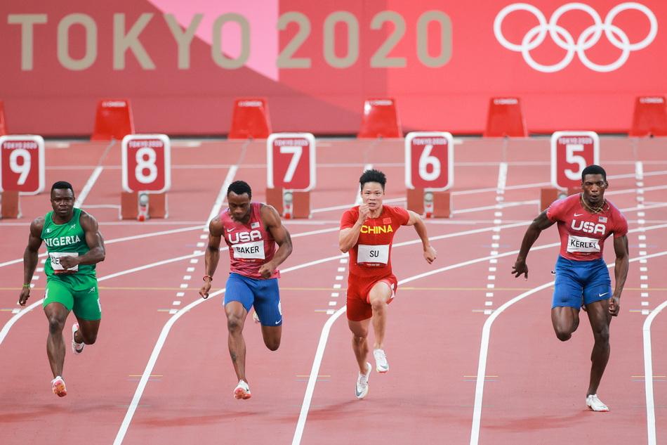 英国选手抢跑被罚下后,百米决赛重新开跑。