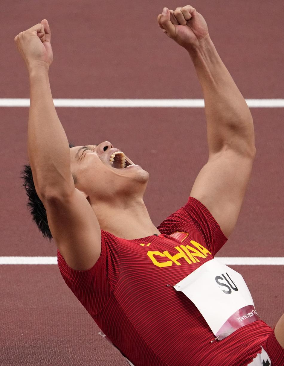 百米半决赛中,苏炳添以9.83秒的成绩顺利晋级决赛,并打破亚洲纪录,他成为了首位闯进奥运男子百米决赛的中国人。