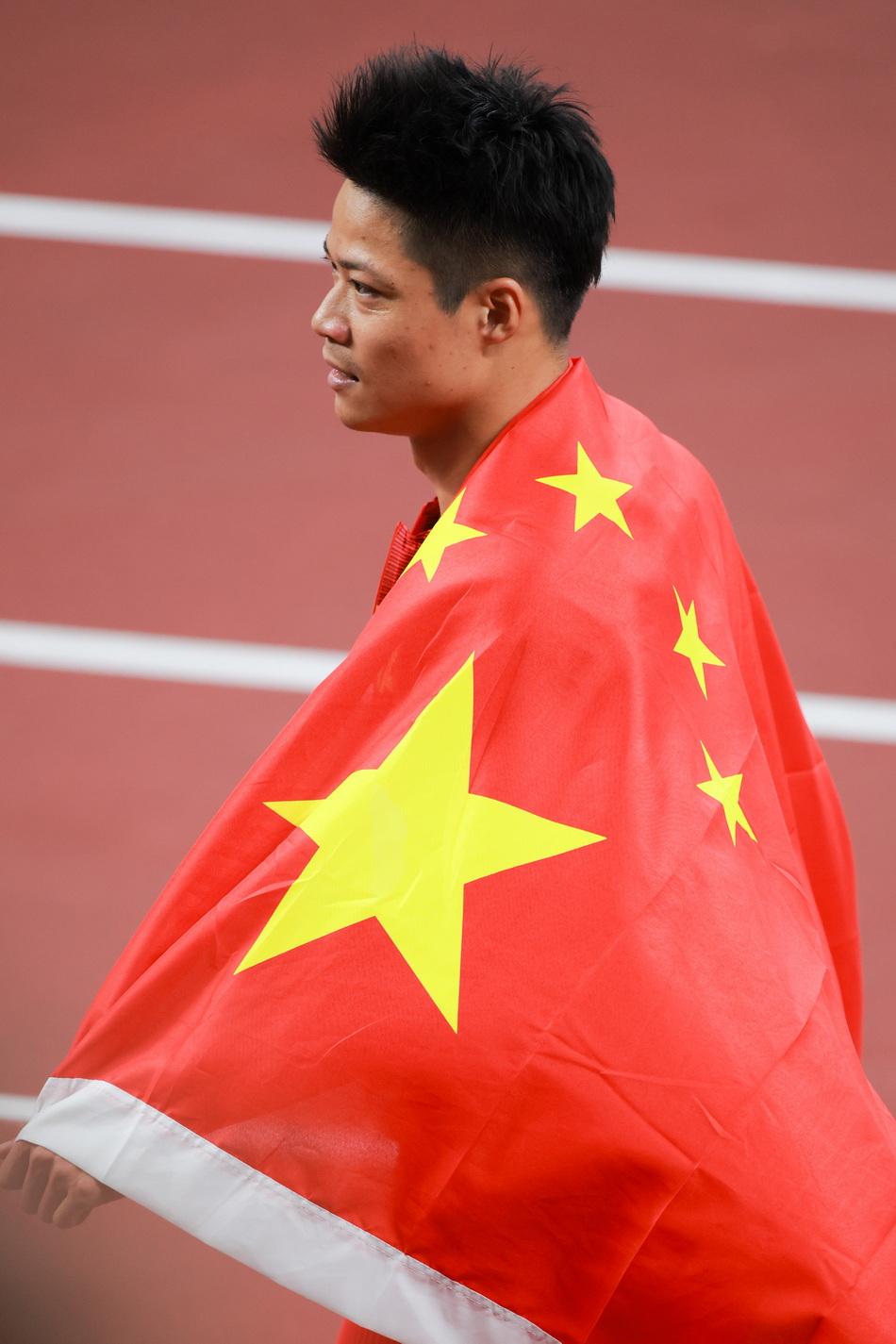比赛结束后,苏炳添从看台上接到一面五星红旗,披在身上。苏炳添赛后说:自己终于可以站上百米的跑道,完成了自己的梦想,也完成了祖国短跑历代前辈们对我们的祝福。