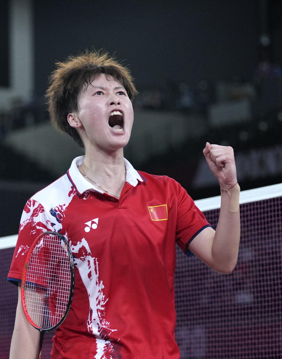 陈雨菲在比赛中庆祝得分。最终以总分2比1赢得了最后的胜利。