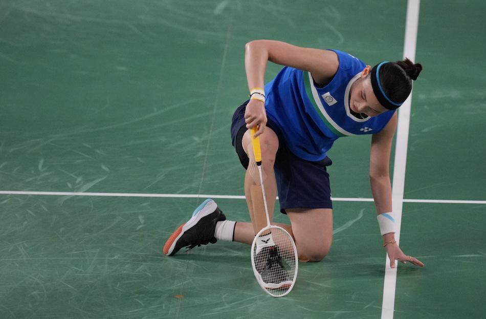 中国台北选手戴资颖在比赛中滑倒。