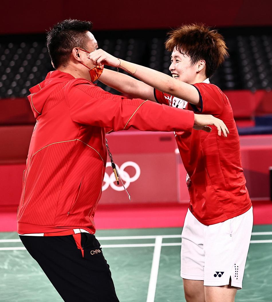 陈雨菲在拿到金牌后拥抱教练。