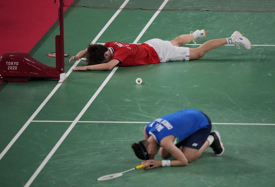 获胜后,陈雨菲(上)趴在地上放松。