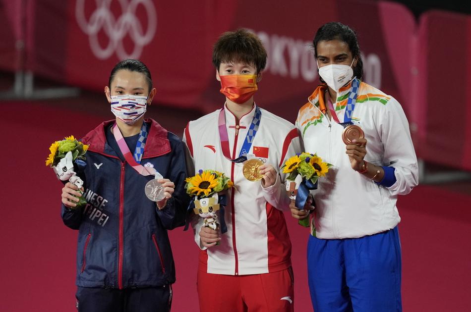 陈雨菲(中)在颁奖仪式上。这是时隔9年之后,国羽再度奥运女单折桂。