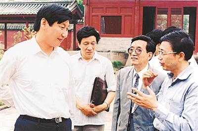 1990年6月8日,习近平在福州华林寺调研。 资料图