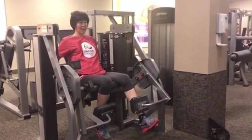 郎平进行康复训练。