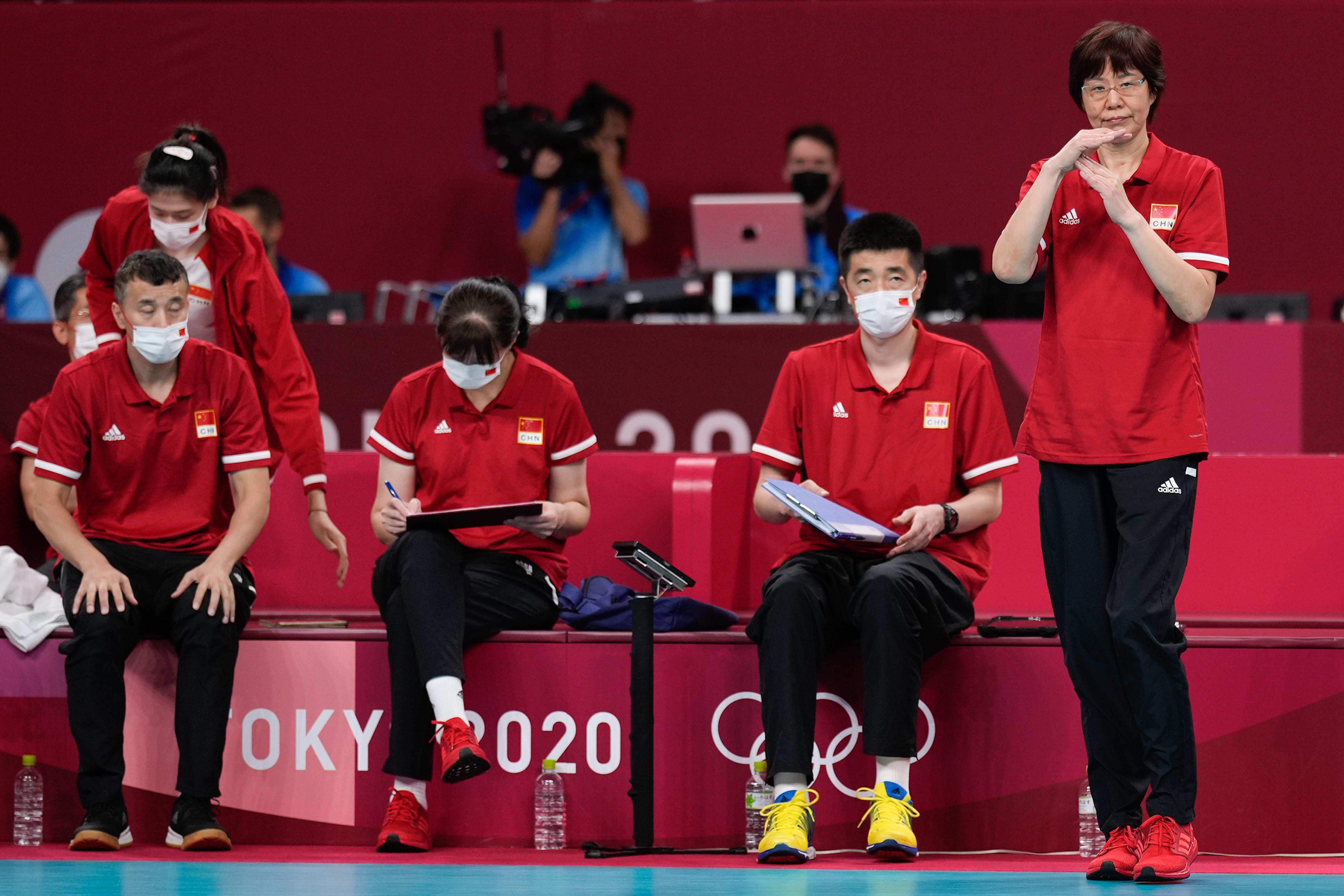 郎平和自己的教练组。