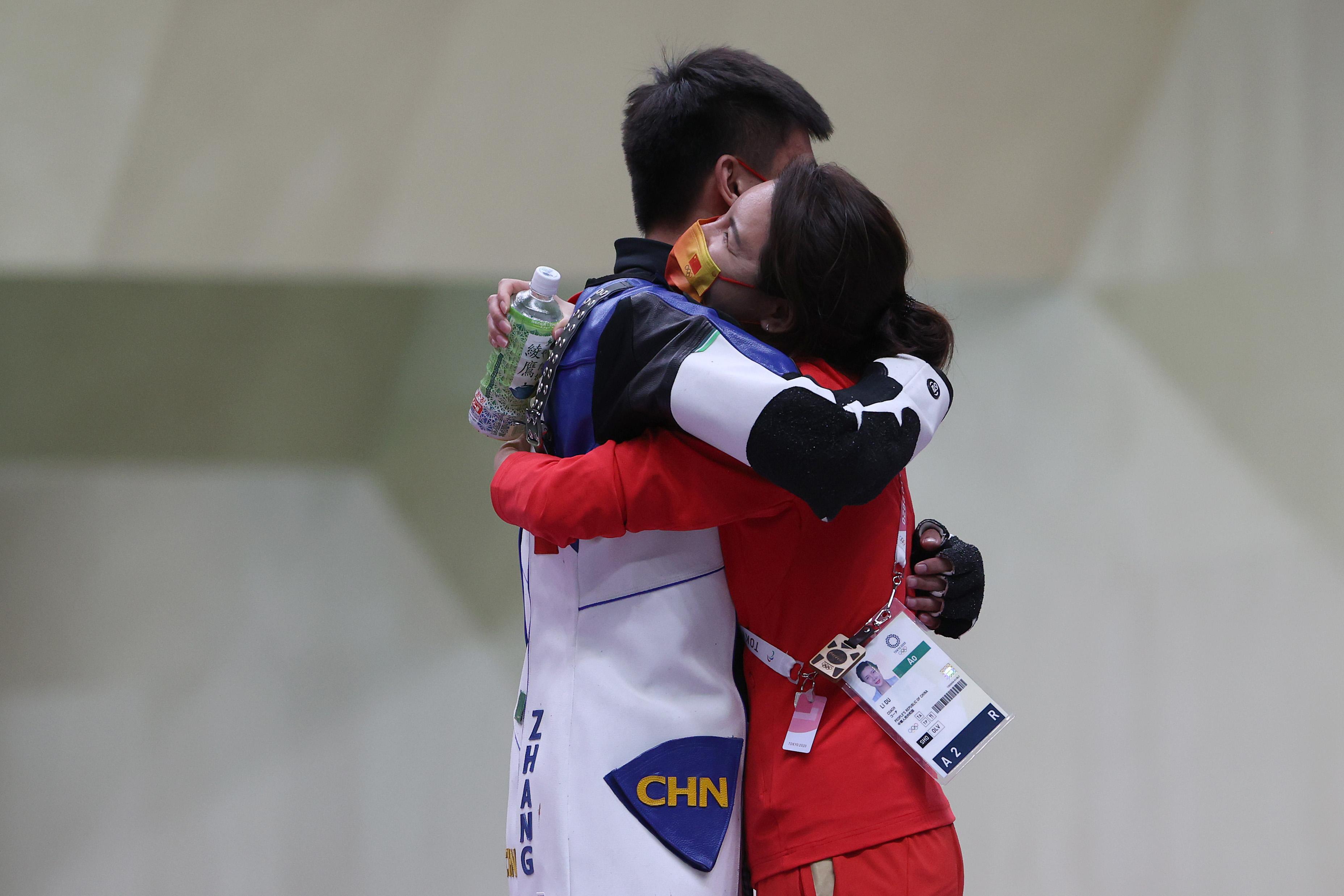 张常鸿和杜丽拥抱。