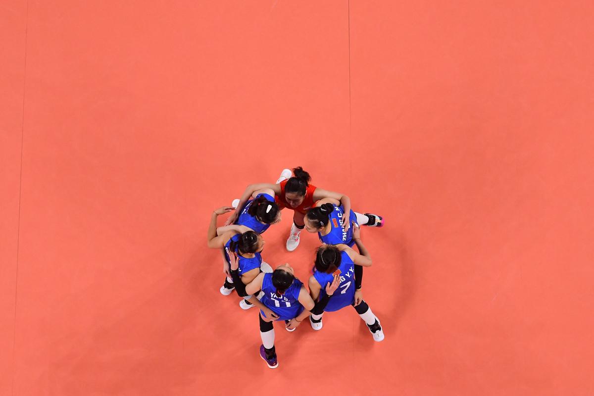 女排队员们在赢球后庆祝得分。