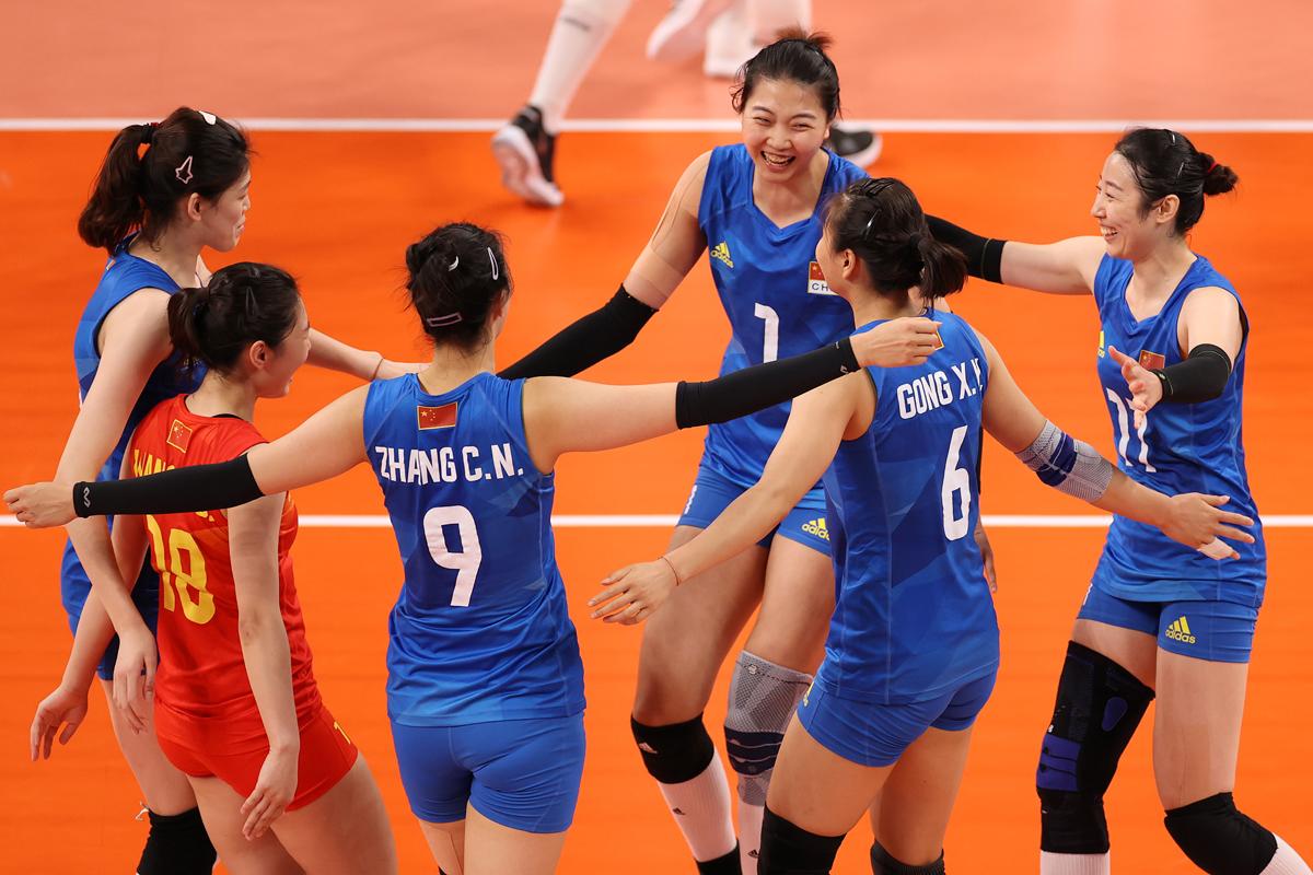女排队员们在赢球后庆祝胜利。