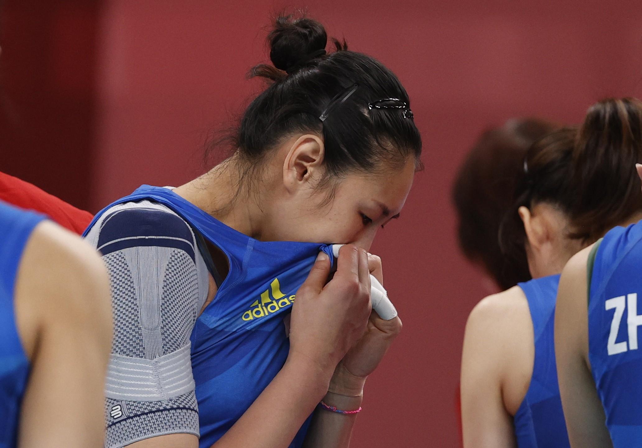 颜妮落泪。