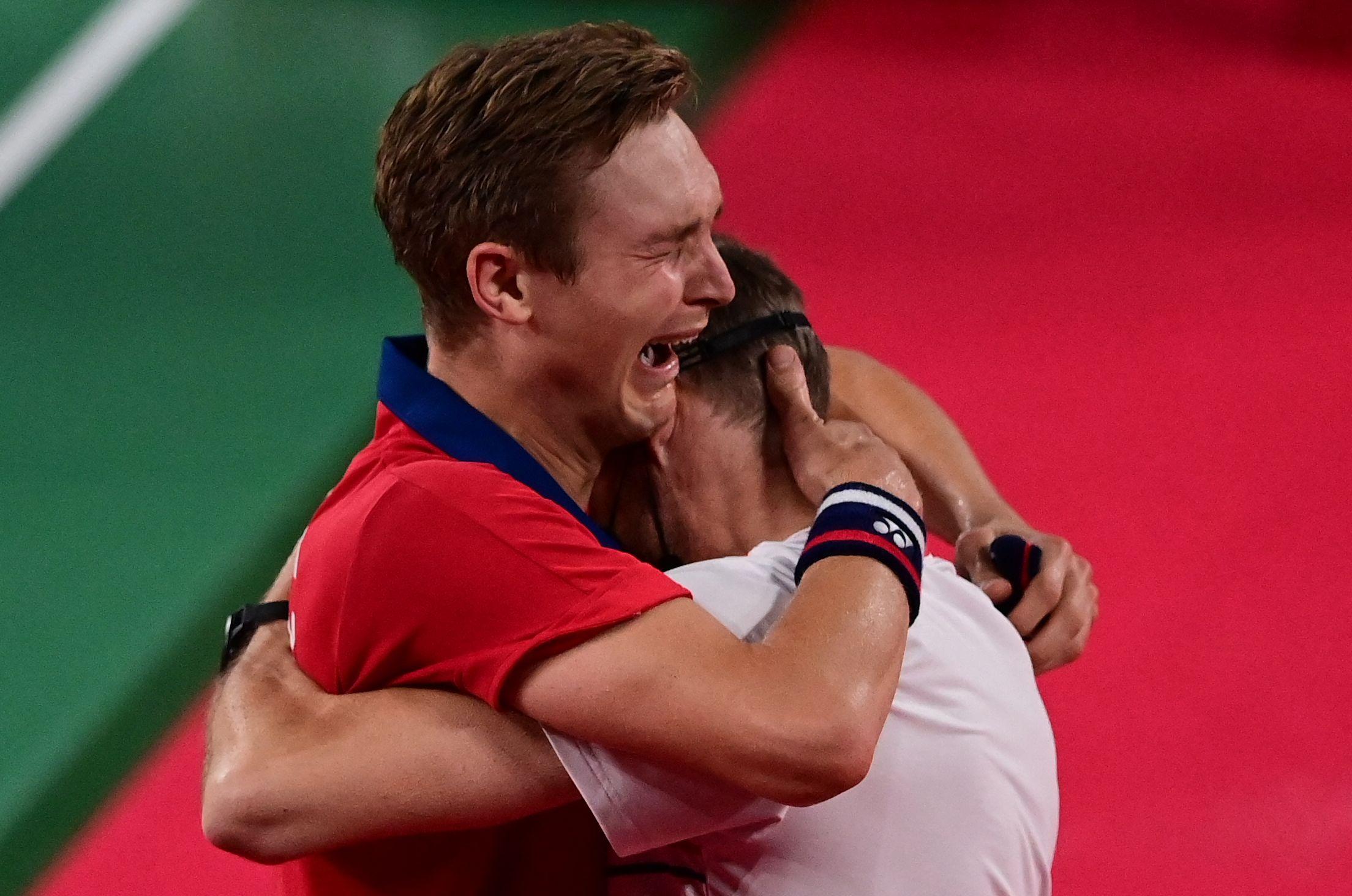 安赛龙拥抱教练。