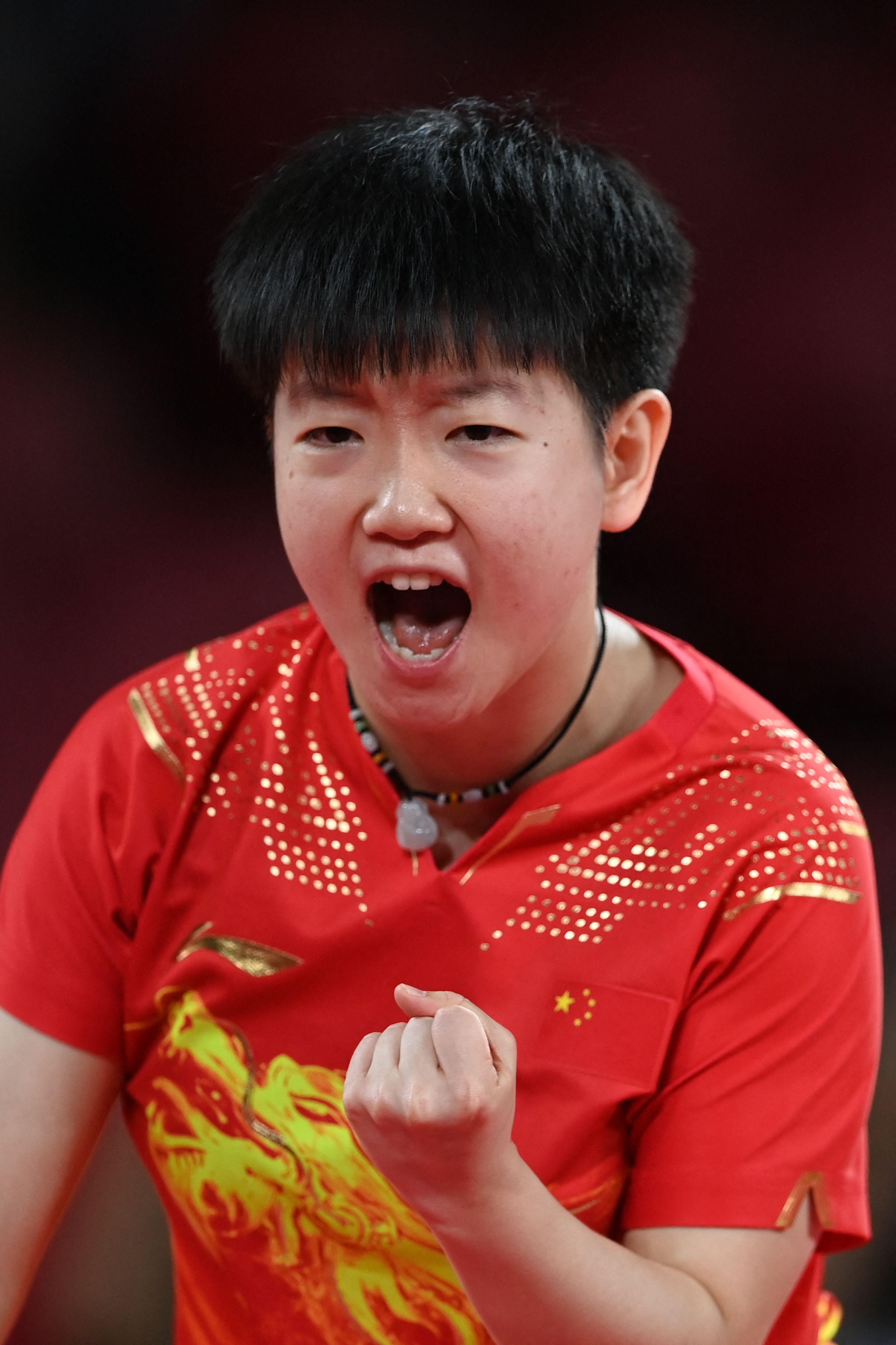 孙颖莎握拳庆祝。