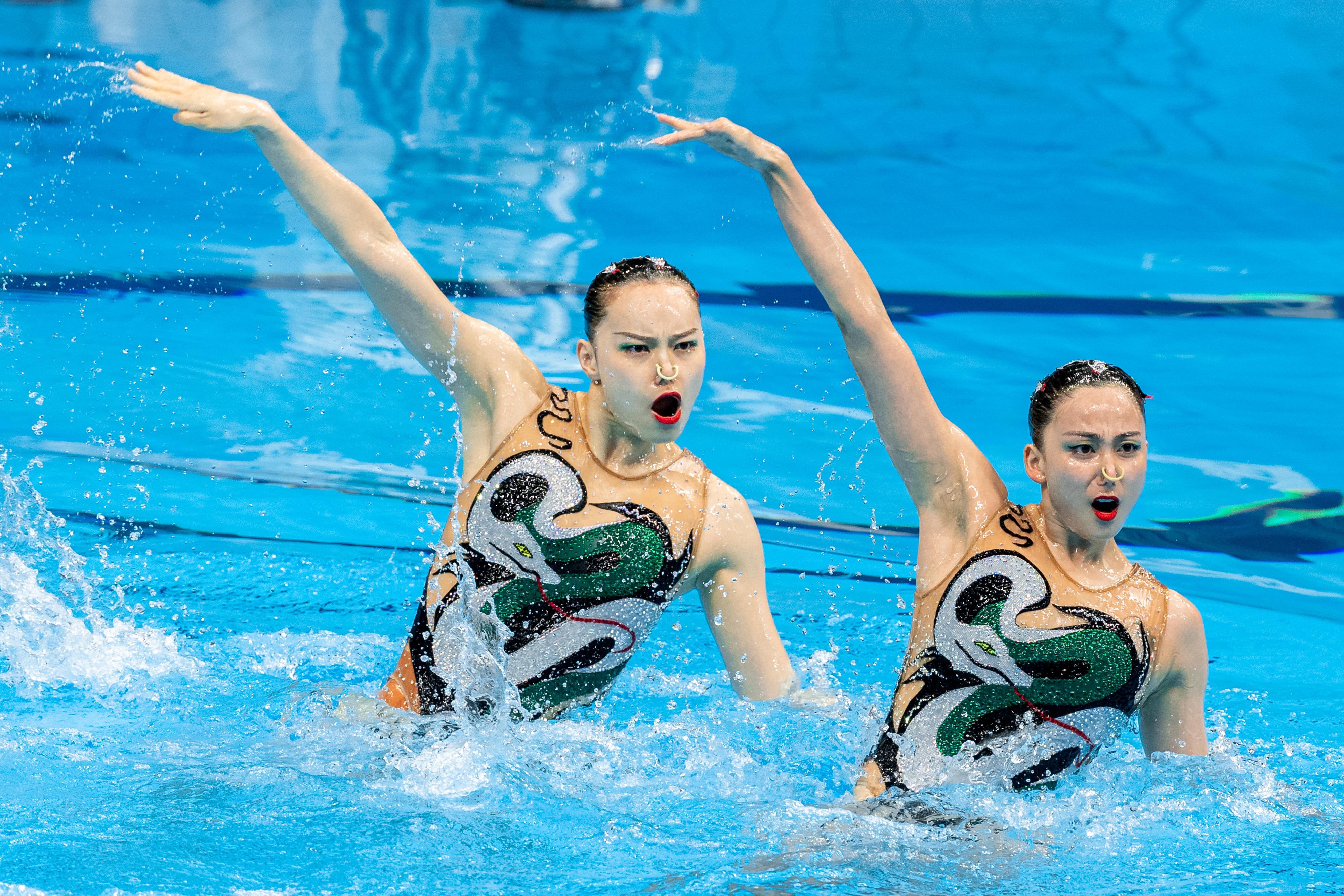 黄雪辰(左)和孙文雁在比赛中。