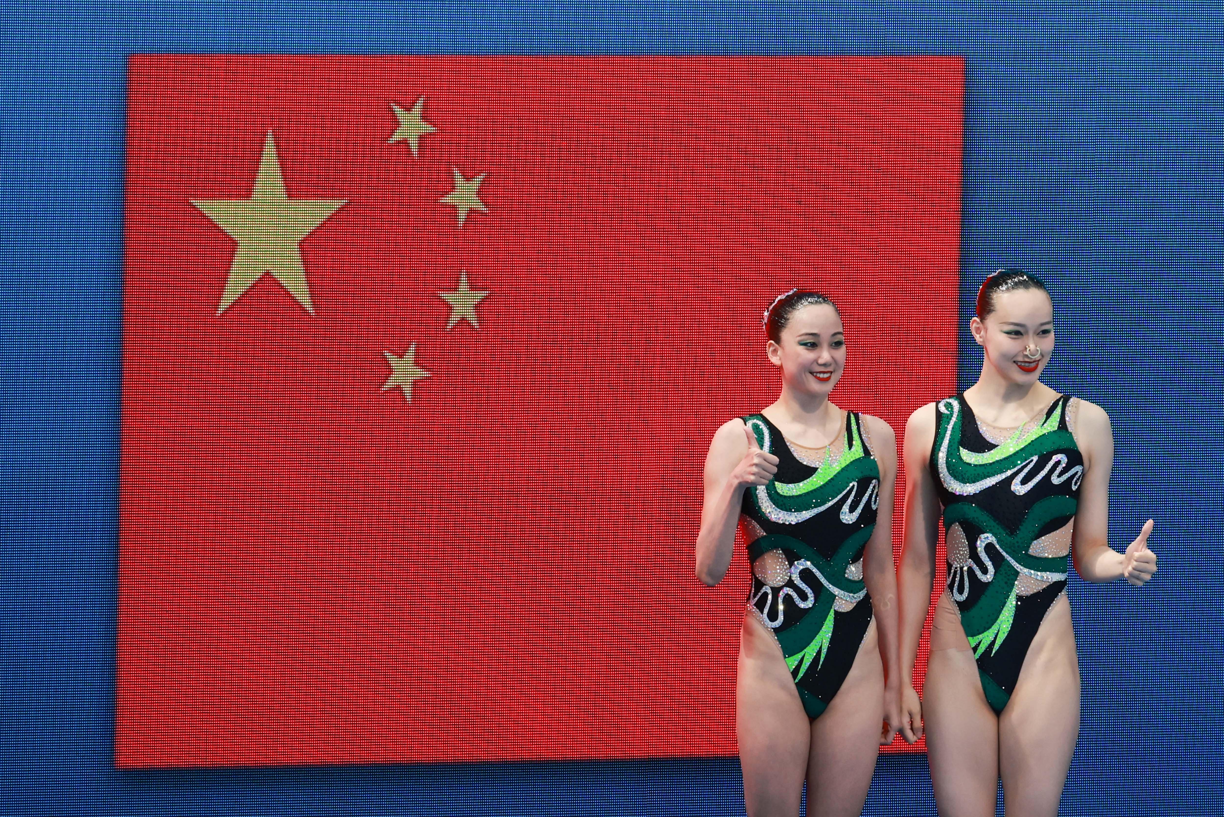 孙文雁(左)和黄雪辰拿下银牌!