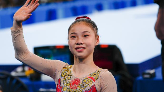 16岁管晨辰体操平衡木夺金!她战胜了传奇拜尔斯