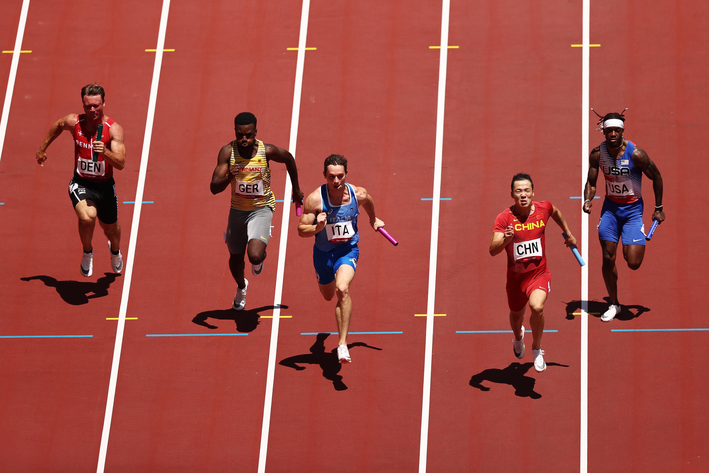 第四棒吳智強(右二)跑得非常棒。