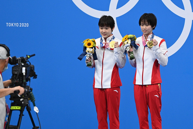陈芋汐(右)、张家齐双人10米台夺金。