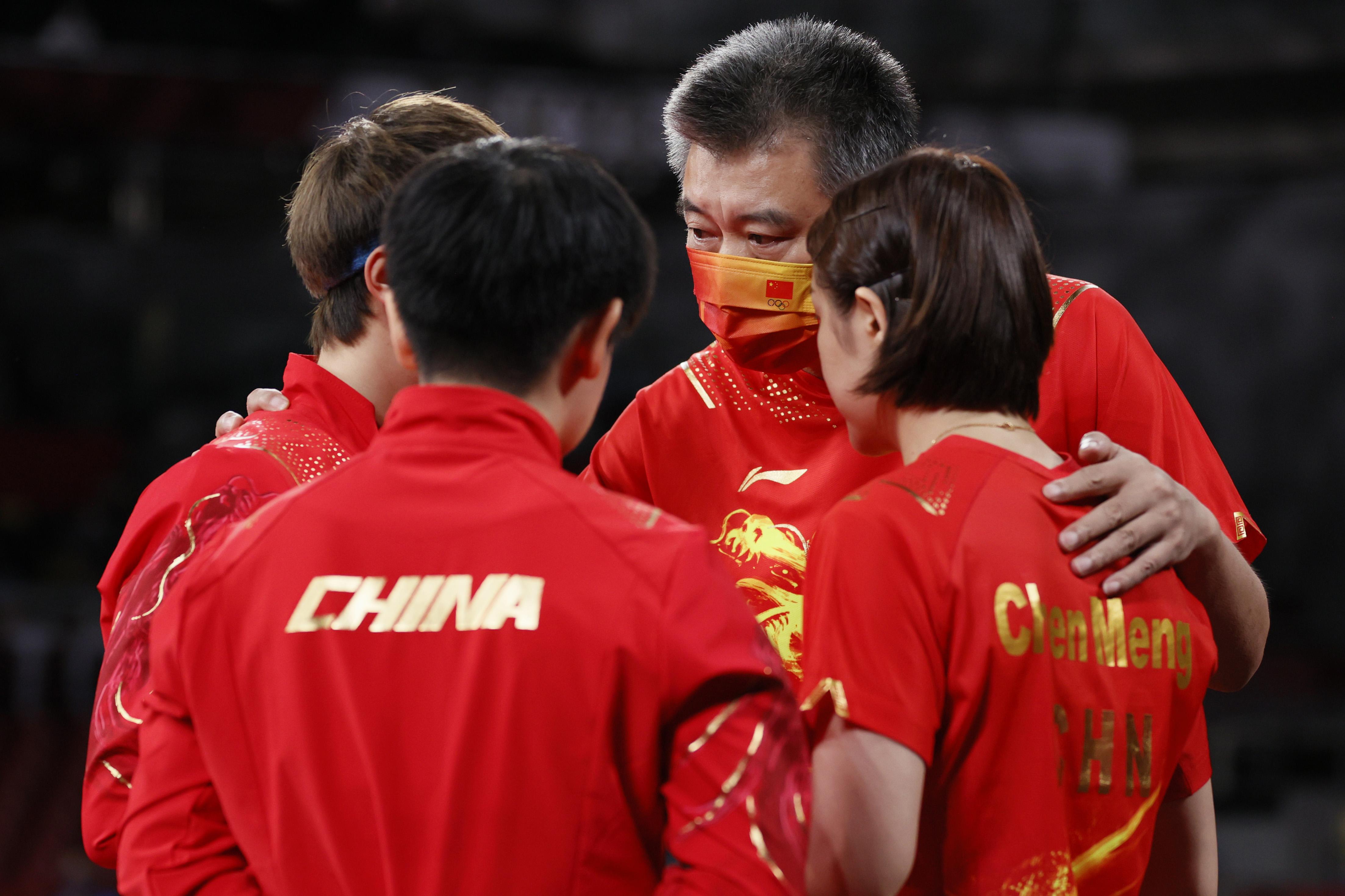 李隼指导嘱咐三名队员。