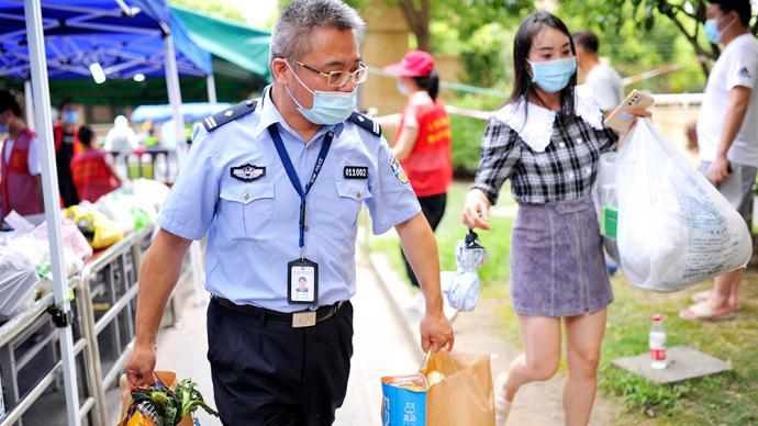 """上海封闭小区里的警察蓝:各警种纷纷""""转岗""""成为社区民警"""