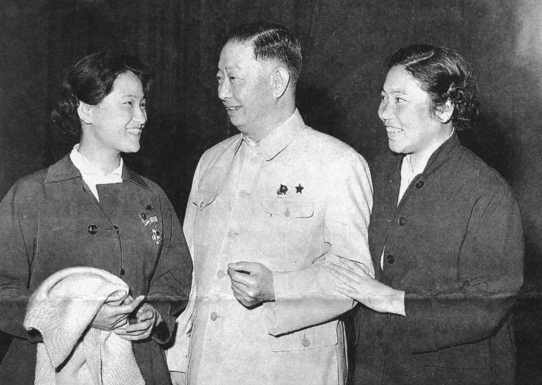 第三次文代会期间,王文娟与梅兰芳、常香玉合影