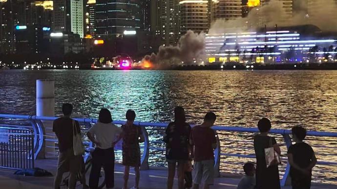 直擊丨黃浦江北外灘游艇起火,無人員被困