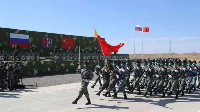 """""""西部·聯合-2021""""演習開始,中俄兩軍參演官兵接受檢閱"""