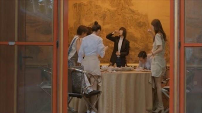 對酒桌議事文化的習焉不察,為權力規訓、物化女性提供了土壤