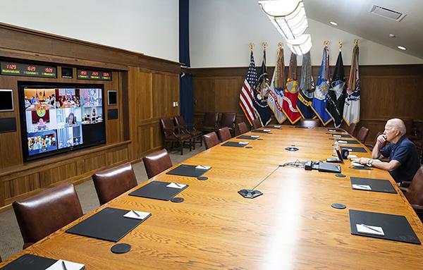 当地时间2021年8月15日,美国马里兰州,美国总统拜登在戴维营与国家安全团队和高级官员会面,听取有关阿富汗的简报。人民视觉 图