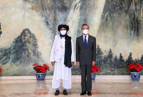 2021年7月28日,国务委员兼外长王毅在天津会见来华访问的阿富汗塔利班政治委员会负责人巴拉达尔一行。阿塔宗教委员会和宣传委员会负责人同行。 外交部官网 图