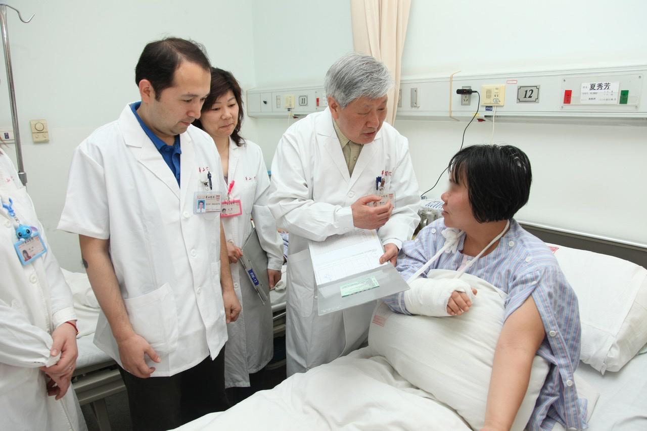 顾玉东院士工作照。 本文图片均为复旦大学附属华山医院 提供